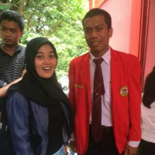 Foto Amiruddin tertawa lepas, bahagia setelah mengikuti Ujian Akhir Skripsi