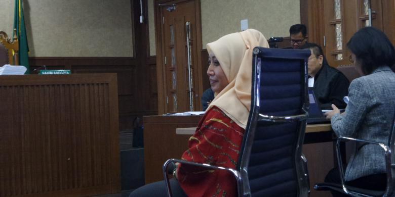 Ahli kriminologi, Eva Achjani Zulfa, memberi keterangan di PN Jakarta Pusat. (Sumber: kompas.com)